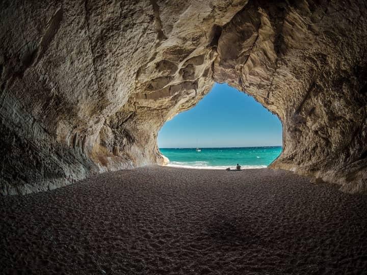 Вид из грота на пляж